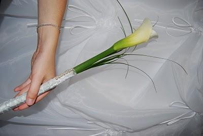 una unica flor en el ramo de novia