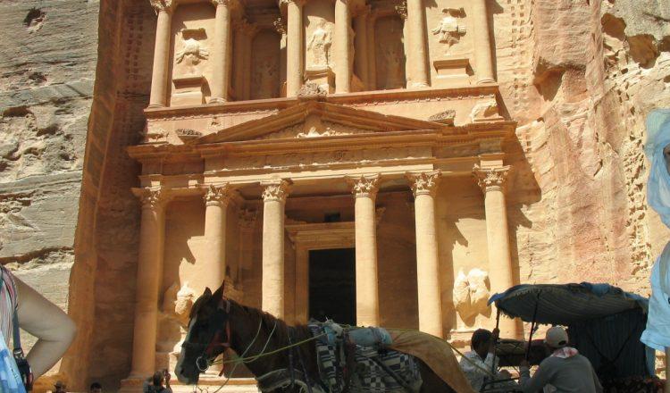 Viajar a Petra, Jordania. Viajes Románticos para parejas de novios románticos o parejas enamoradas. Un viaje de luna de miel muy especial.